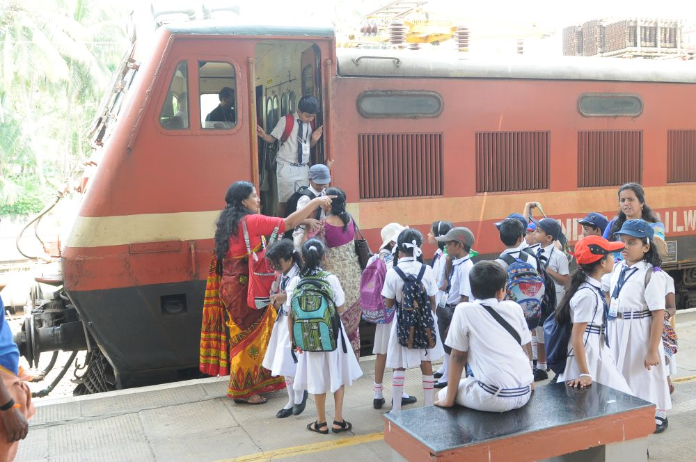 Best-CBSE-School-In-Kerala- Std 3 Interdisciplinary Field Trip - Railway station Visit.